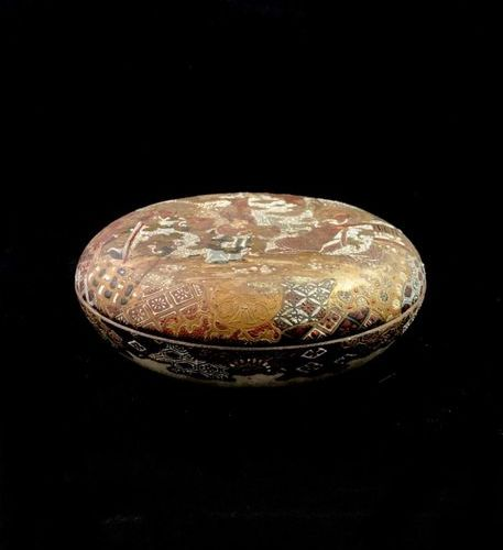 SATSUMA a bivalve box made of satsuma porcelain, the lid decorated on both sides…