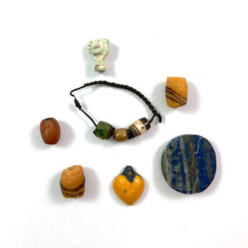 Lot including an amulet of god Shu, a fruit and pearls. Yellow and blue earthenw…
