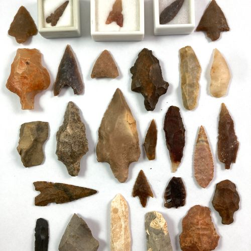 Set of 27 flint arrowheads and scrapers. Dimensions: from 2.2 to 7.5 cm.