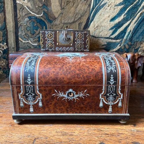 House Alphonse GIROUX in Paris. Jewelry box made of veneer, walnut wood, walnut …