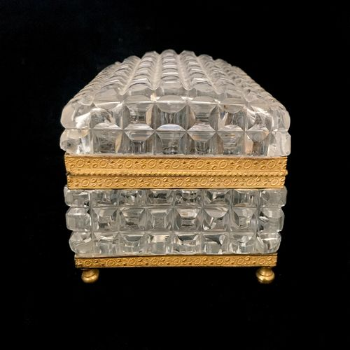 (46) Cut crystal jewelry box. Empire style. The key is missing. Height: 11,5 cm,…