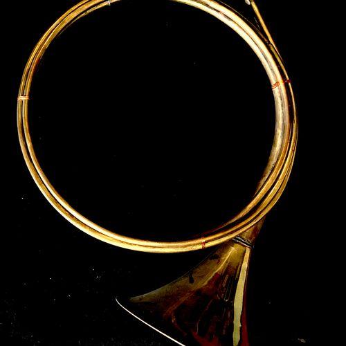 Trompe de chasse, ⌀ 40 cm, usures, oxydation, état moyen.