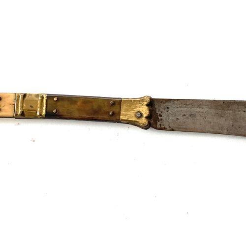 Navaja, lame de 20 cm, signée BEAUVOIR, manche à mitres laiton et plaquettes cor…