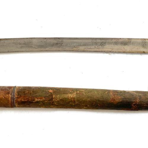Sabre dit yatagan, lame courbe à dos plat, de 59 cm, poinçonnée et gravée « Geof…