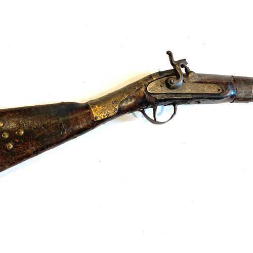 Fusil mono canon, canon octogonal puis rond de 102 cm, platine à percussion, mon…