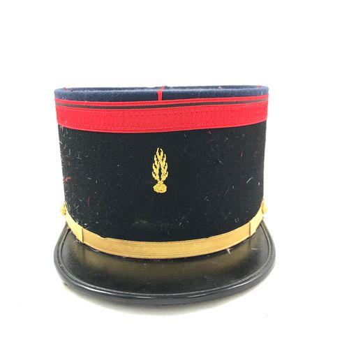 Képi d'infanterie, visière en vinyle, turban et calot en tissu bleu. Haut. 11 cm…