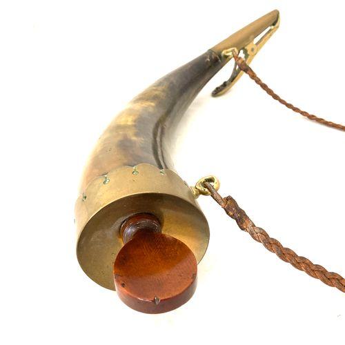 Corne à amorcer d'artillerie de marine, bec bien poinçonné à l'ancre, corps en c…