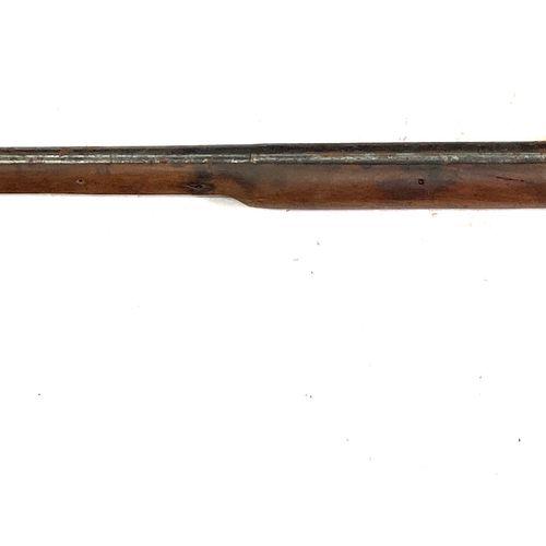 Fusil de chasse à silex transformé percussion, canon de 95 cm, garnitures laiton…