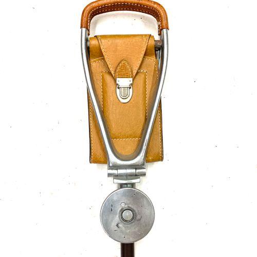 Une canne siège en aluminium et cuir. Long. 89 cm.