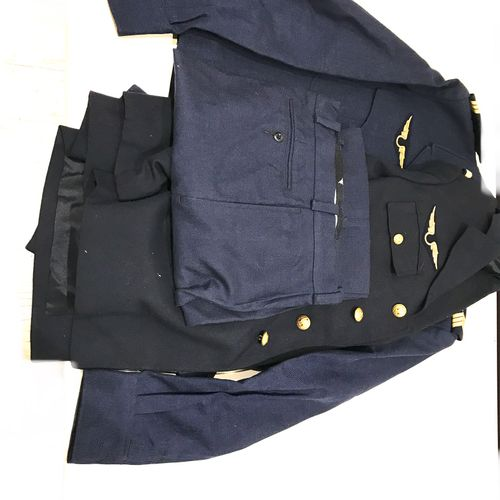 Lot composé de deux uniformes, deux casquettes, deux ceintures, une paire de bot…