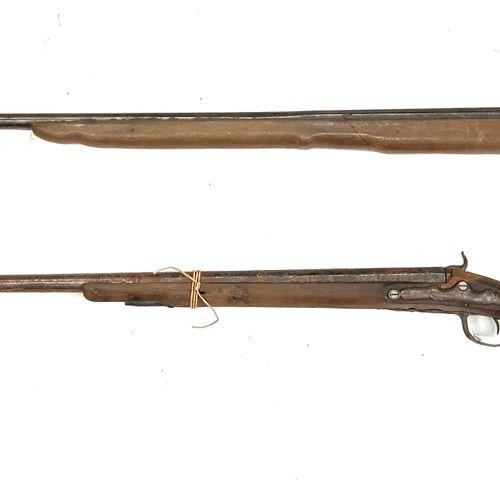 Fusil de chasse mono canon, platine à silex transformée percussion, canon de 81 …