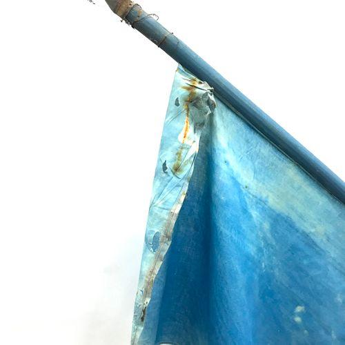 Drapeau tricolore en tissu, hampe en bois peint se terminant en pointe. Début du…