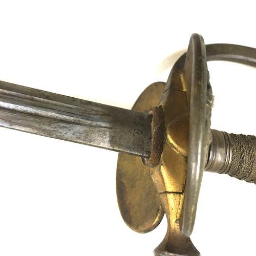 Epée d'uniforme, garde à clavier mobile. Fusée filigranée sur une âme en bois. L…