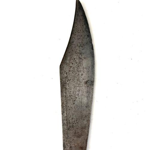Importante Navaja, lame épointée de 20 cm, gravée de motifs végétaux dans un car…