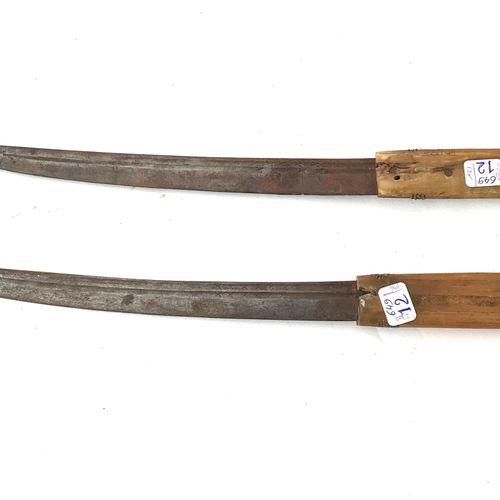 Deux poignards de ceinture, lames légèrement courbe de 30 cm, à dos plat et fine…