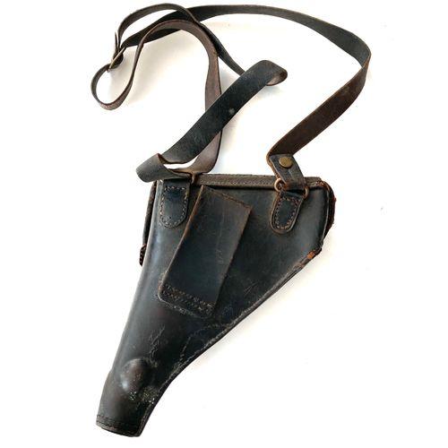 Étui de revolver modèle 1892, cuir noir, complet avec baudrier, usures au cuir e…