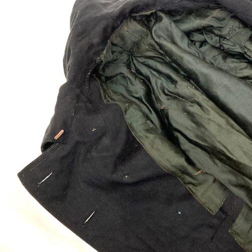 Tenue d'un capitaine du 6ème Régiment de hussards, veste bleu modèle 1900, ferma…