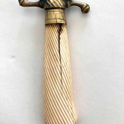 Couteau de vènerie, lame de 53 cm, légèrement courbe, à gorge, gravée et décorée…