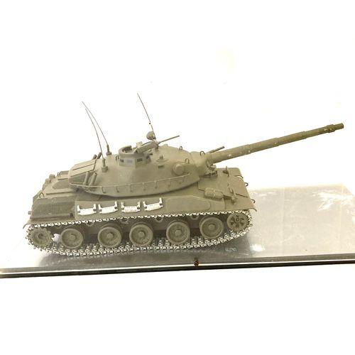 Maquette d'exposition tout en métal d'un véhicule blindé. Sous une protection pl…