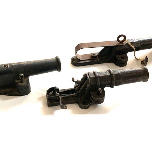 Ensemble de trois « canons d'alarme », fonte moulée, deux à percussion centrale,…