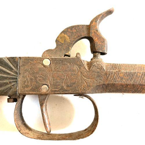 Pistolet à coffre, canon octogonal damas, coffre gravé de feuillages, crosse boi…