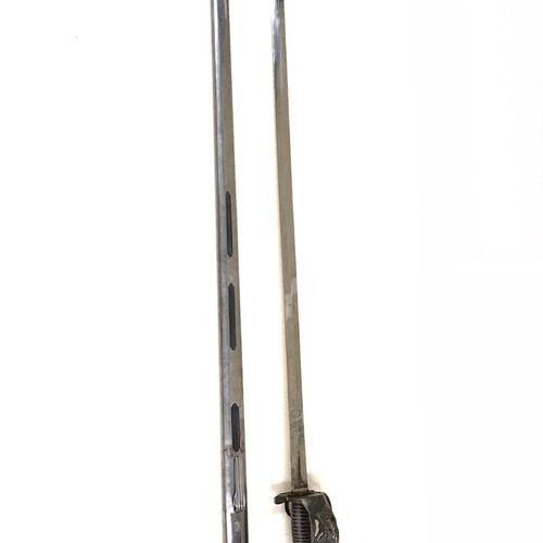 Sabre modèle prussien. Garde à coquille ciselée, fusée recouverte de cuir, filig…