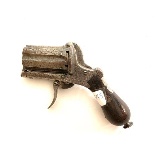 Poivrière à broche, calibre 7 mm, entièrement gravée de feuilles de vigne, déten…