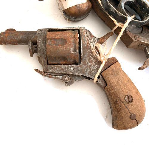 Quatre revolvers de poche type British Bulldog, calibre .320, détente repliable,…