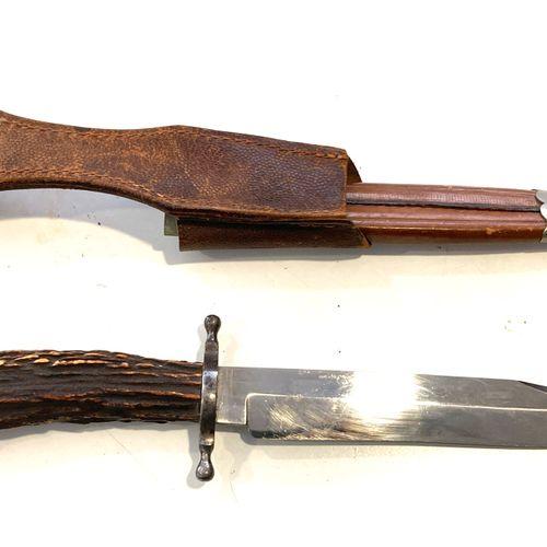 F. HANCHE, couteau de chasse, fusée en bois de cervidé, dans son fourreau en cui…