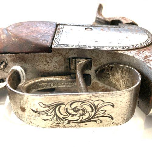 Pistolet à percussion, à coffre et canon double supperposé, le coffre gravé de r…