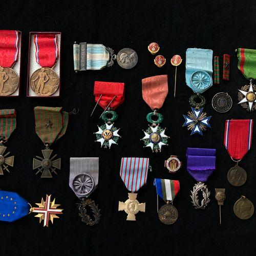 Ordres et décorations : Légion d'honneur, étoile de chevalier, deux exemplaires,…