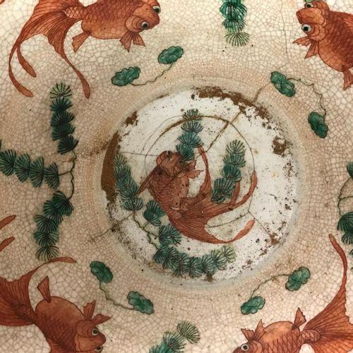 Aquarium en grès à décor émaillé de la famille rose de scènes de bataille. Le ba…