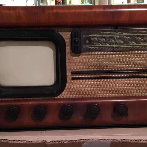 4 RADIOS. Fada Personal, in brown bakelite, USA, circa 1940. In its original car…