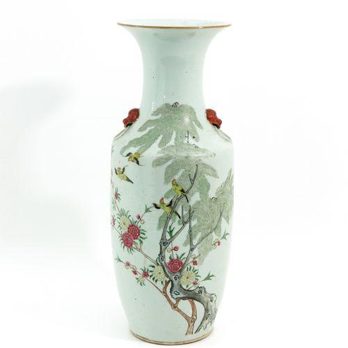A Famille Rose Decor Vase Représentant des fleurs et des oiseaux, poignées en fo…