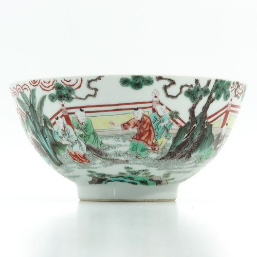 A famille verte bowl Représentant des personnages chinois dans un jardin, 21 cm.…
