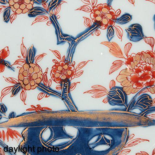 A pair of Imari plates Décor floral rouge fer, bleu et doré, 23 cm. De diamètre.