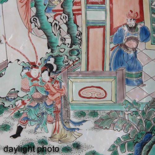 A famille verte charger Représentant un rassemblement de personnages chinois, 38…