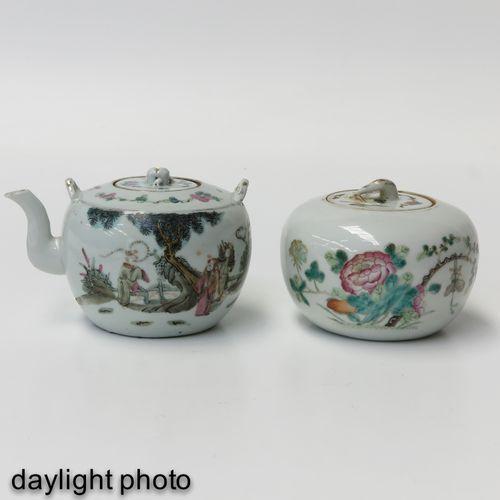A Famille Rose Teapot and Jar Représentant une scène de jardin et des décors flo…