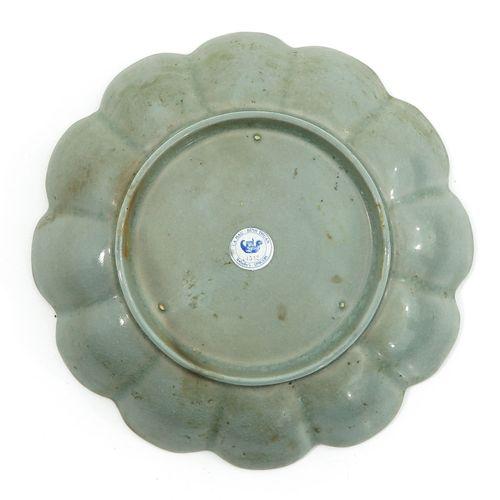A Celadon Scalloped Dish 17 cm. De diamètre.