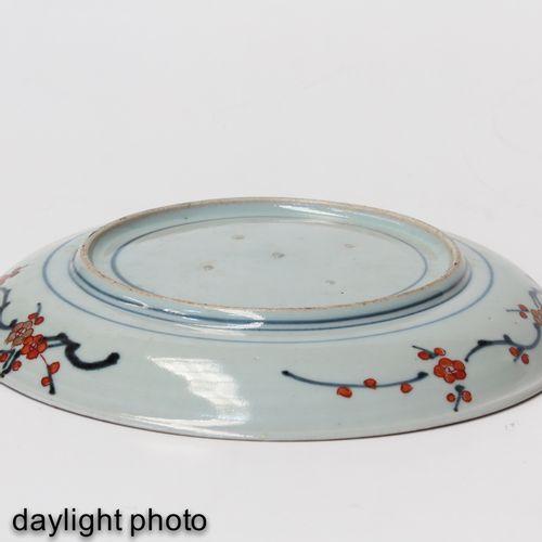 A Collection of 6 Imari Plates Décor floral en rouge fer, bleu et accents dorés,…