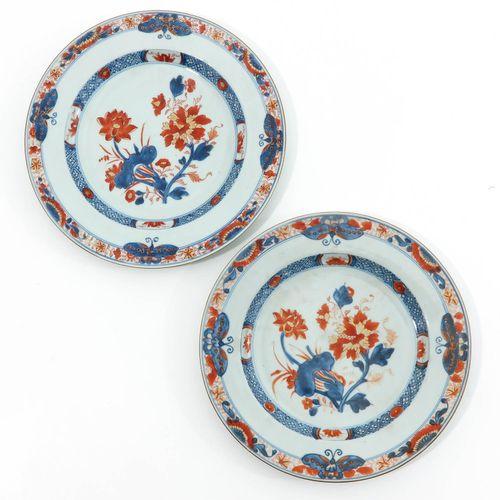 A Series of 7 Imari Plates Décor floral avec papillons sur une bordure en rouge …
