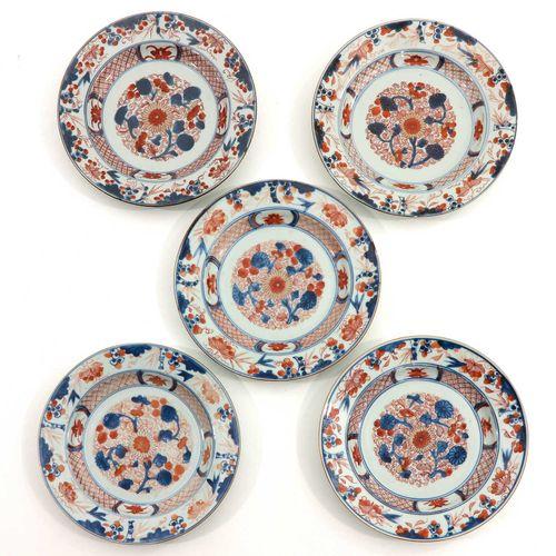 A Series of 5 Imari Plates Décor floral, XVIIIe siècle, 23 cm. De diamètre, puce…