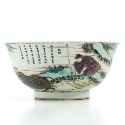 A famille verte bowl Représentant des personnages chinois dans un jardin, 20 cm.…