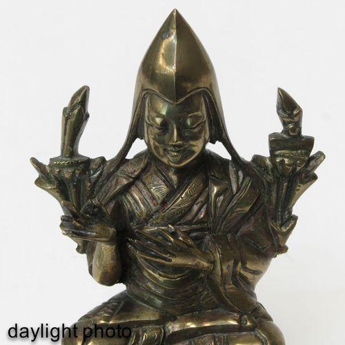 A Bronze Tibetan Lama Sculpture Portant le chapeau de Pandita, hauteur 12 cm.