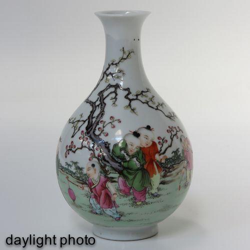 A famille rose vase Représentant des personnages chinois dans un jardin, marque …