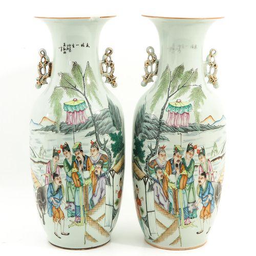 A Pair of Familie Rose Représentant des personnages chinois dans un jardin et un…