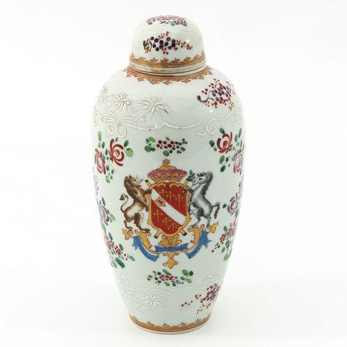 A Famille Rose Jar with Cover Représentant des armoiries, 24 cm. De haut.