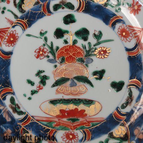 A Famille Verte Dish Décor floral, 25 cm. De diamètre.