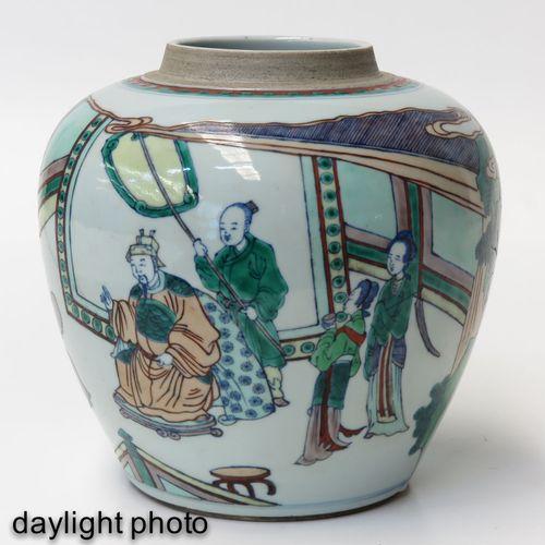 A Famille Verte Jar Représentant des personnages chinois dans un jardin, 22 cm. …