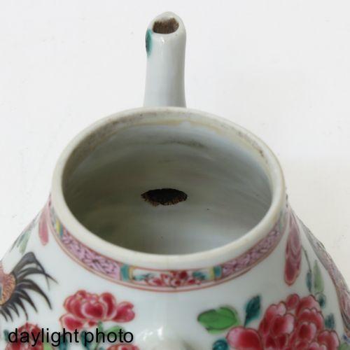 A famille rose teapot XVIIIe siècle, 10 cm., frittage sur le bec.